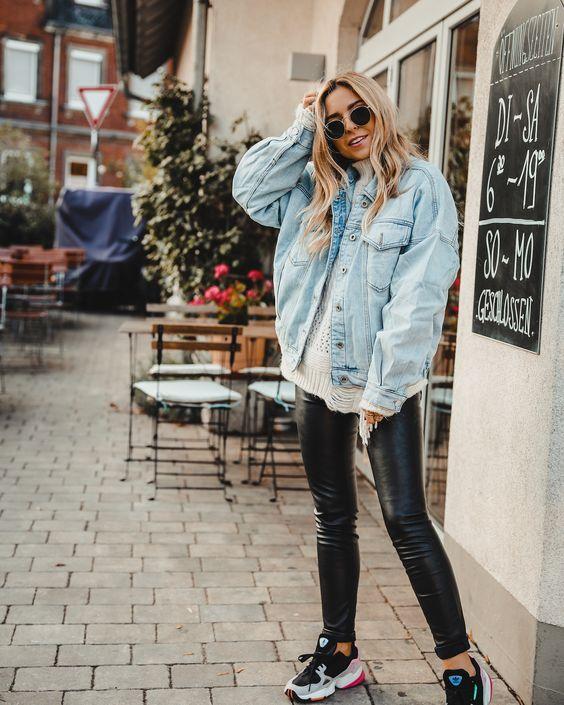 suéter destroyed, jaqueta jeans oversized, calça legging de vinil