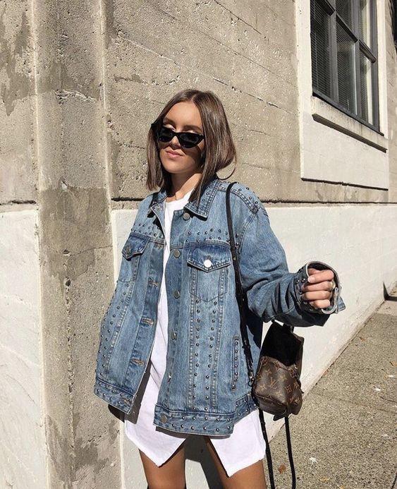 sobreposição com camisa branca e jaqueta jeans oversizes