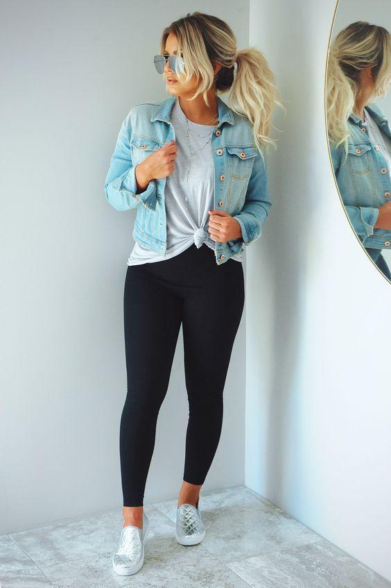 jaqueta jeans, blusa branca com nozinho na cintura, legging preta