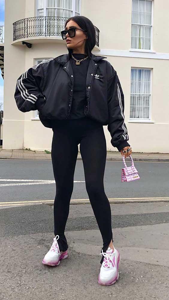 bomber jacket preta, calça skinny preta tênis e mini bolsa rosa
