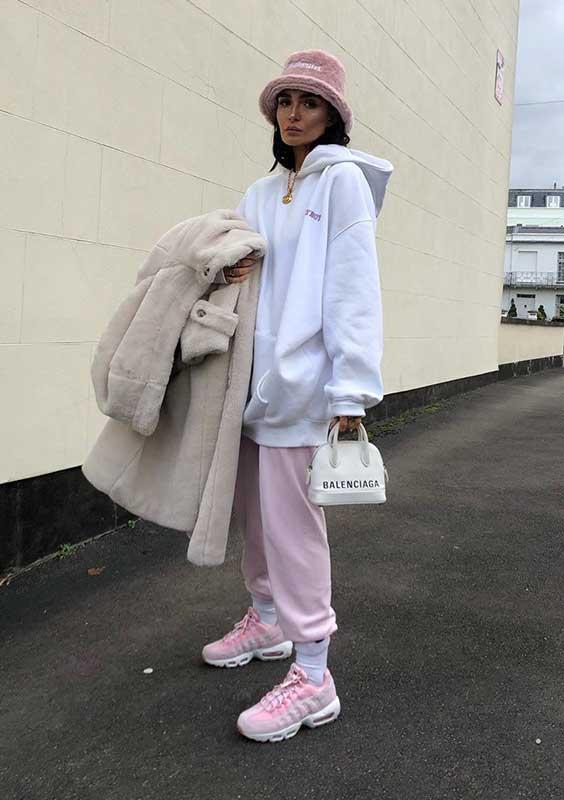 moletom, calça jogger oversized e mini bolsa branca