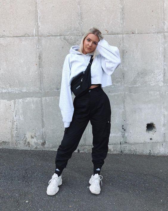 hoodie cropped, caça jogger preta e tênis branco