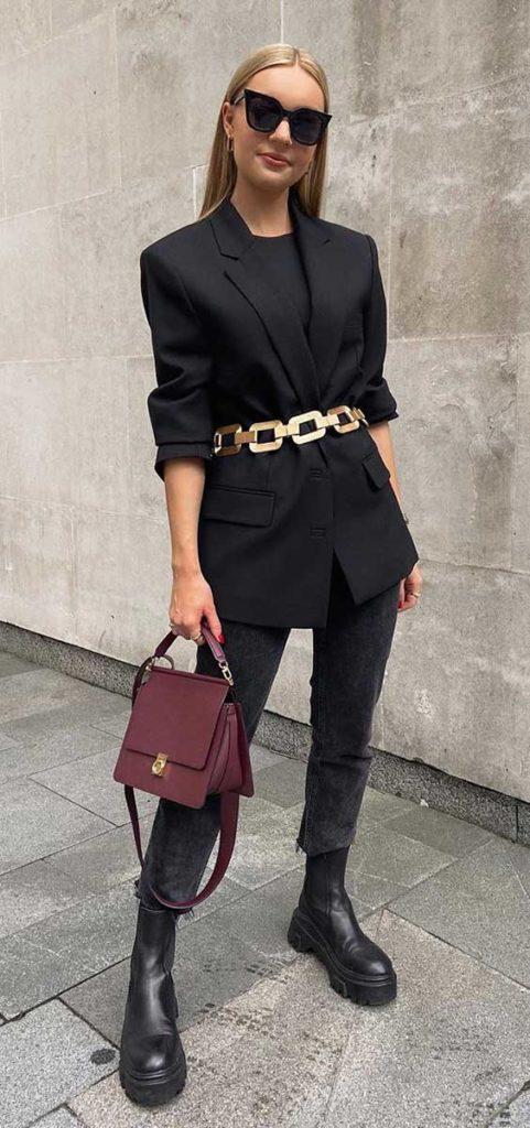 blazer preto, calça cinza, maxi cinto de corrente dourado