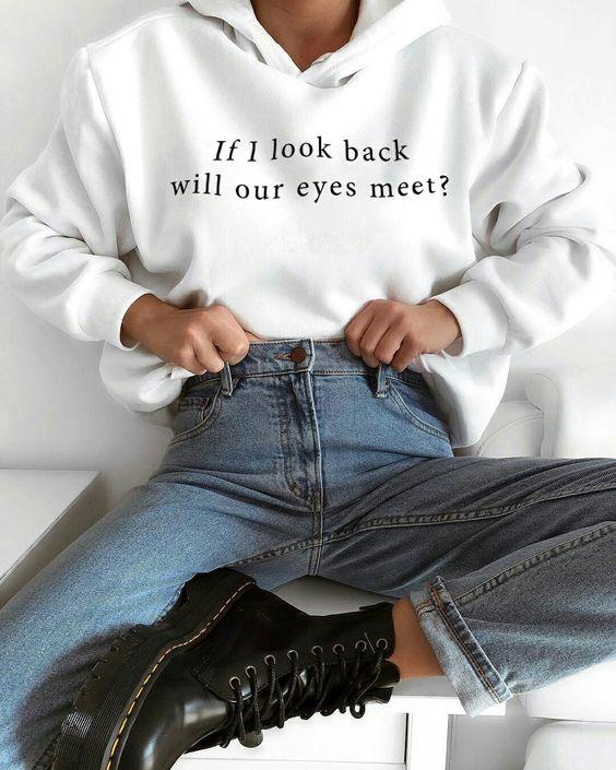 hoodie com estampa de slogan, mom jeans, coturno preto