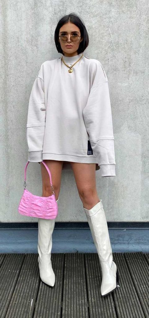 moletom cinza oversized, minibolsa rosa, bota over the knee