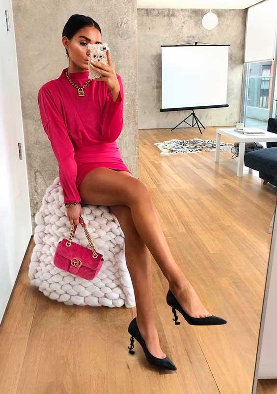 vestido e mini bolsa rosa, scarpin preto