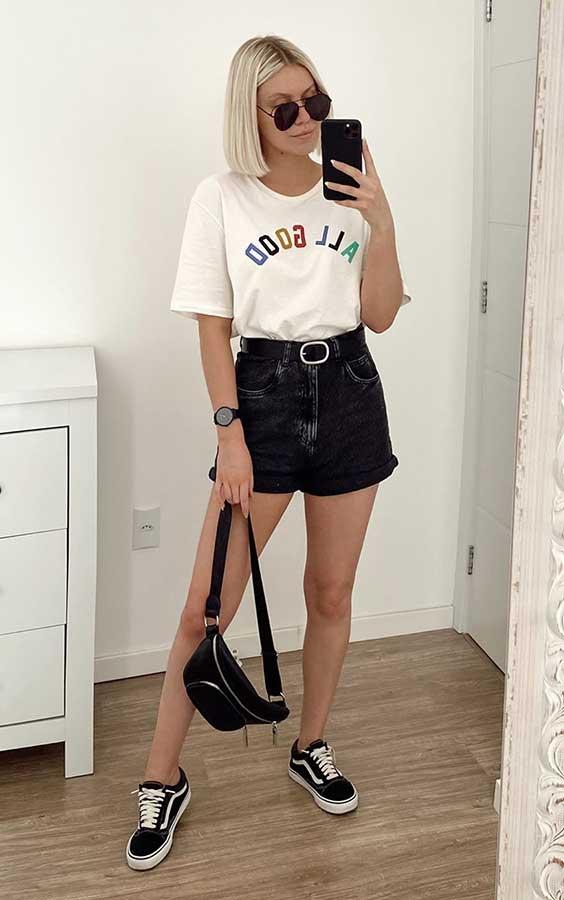 t-shirt branca e tênis vans para ir ao mercado