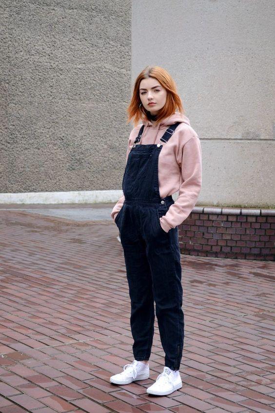 hoodie rosa, jardineira preta