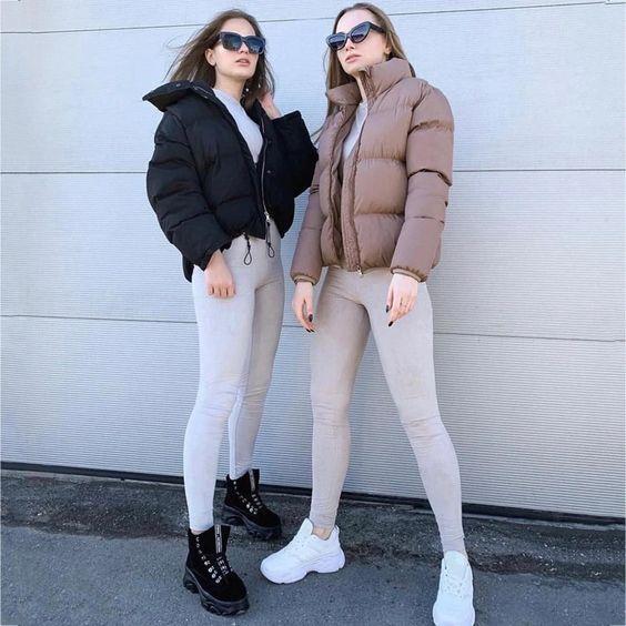 casaco puffy, calça legging cinza, tênis branco, coturno preto