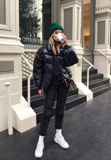 casaco puffy, gorro verde, calça preta e tênis  branco