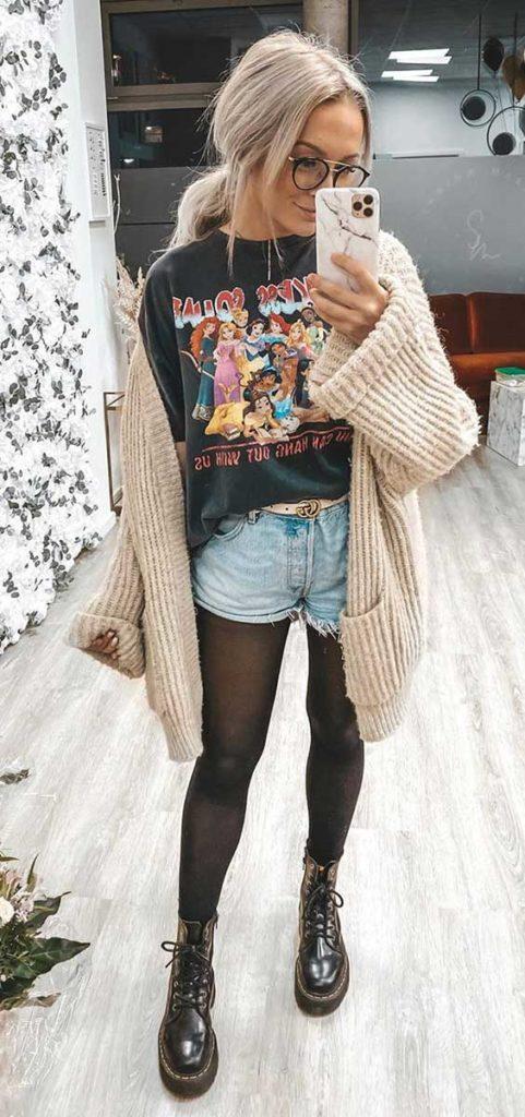 looks de frio com maxi cardigan, t-shirt estampada, short jeans e meia-calça