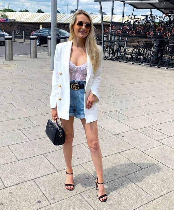 blazer, body lingerie e short jeans