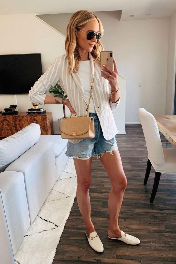 blazer e short jeans, t-shirt branco e flat mule