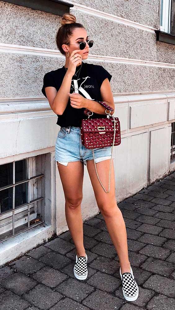 t-shirt, short jeans e tênis quadriculado