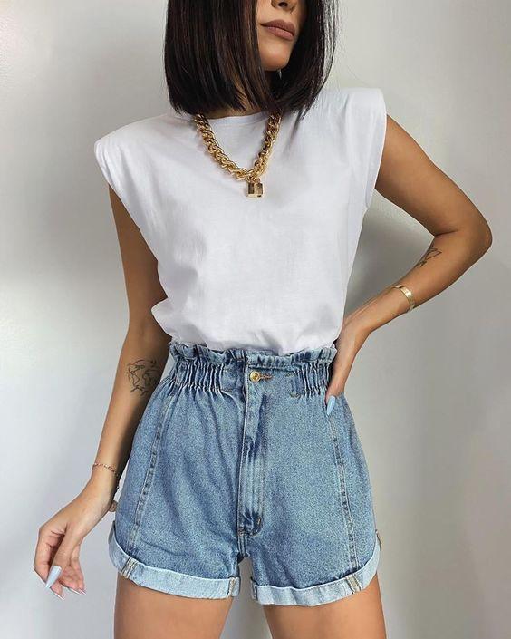 muscle tee com ombreiras branca, corrente dourada, short jeans de cintura alta