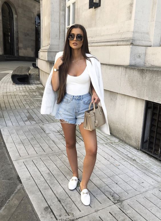 blazer branco e short jeans desfiado, regata e loafer branco