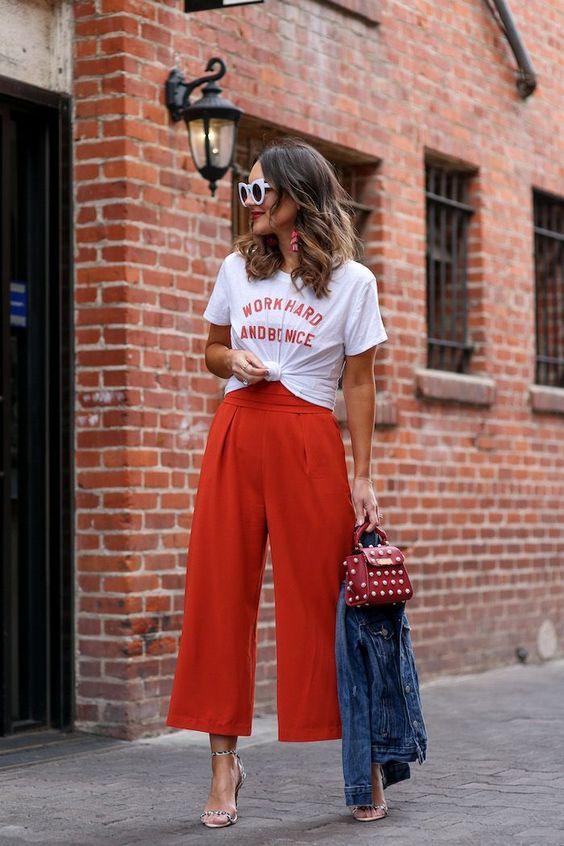 sobreposição com t-shirt e macacão pantacourt