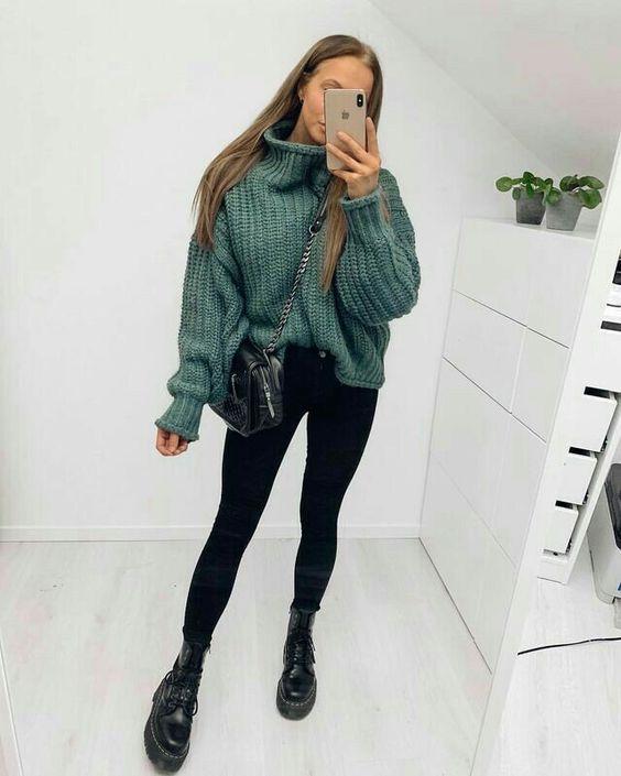 suéter oversized, calça skinny preta e coturno Dr. Martens