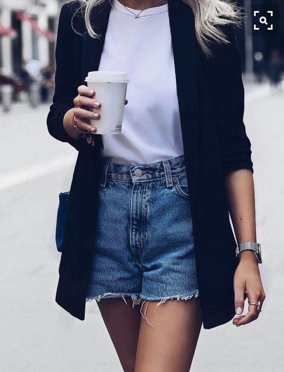 blazer preto e short jeans, t-shirt branca