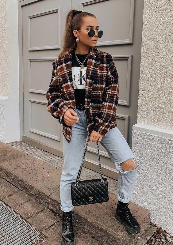 anunanna, camisa xadrez, t-shirt preta, calça jeans com rasgo no joelho e coturno