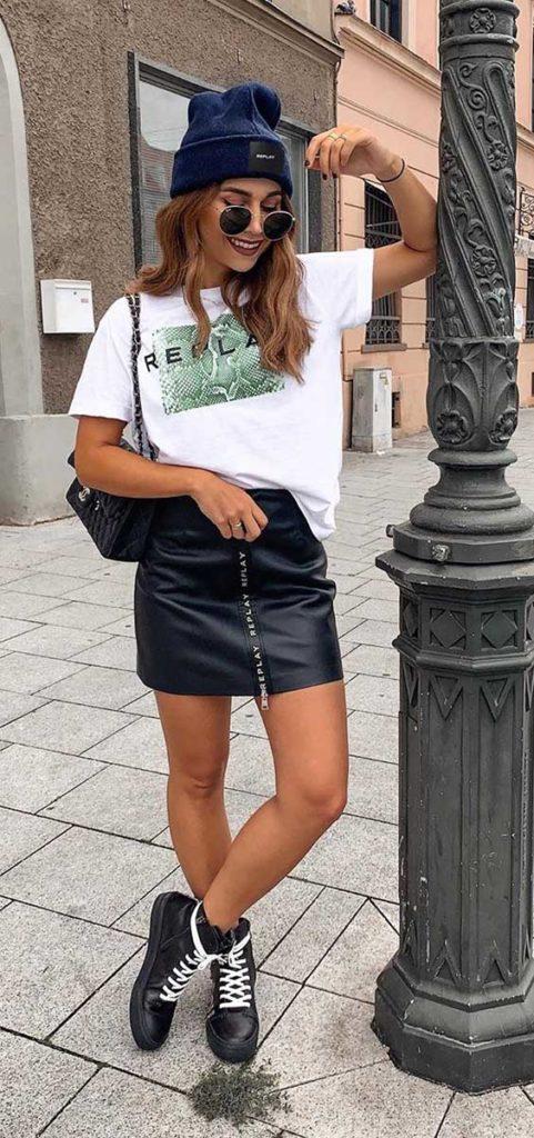 anunanna, t-shirt estampada, minissaia de couro, coturno e gorro
