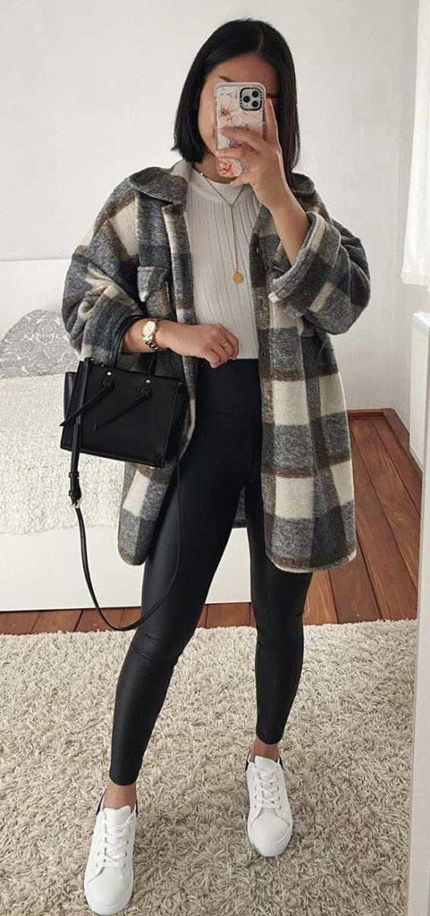 looks de frio com camisa cinza xadrez, calça skinny preta e tênis branco