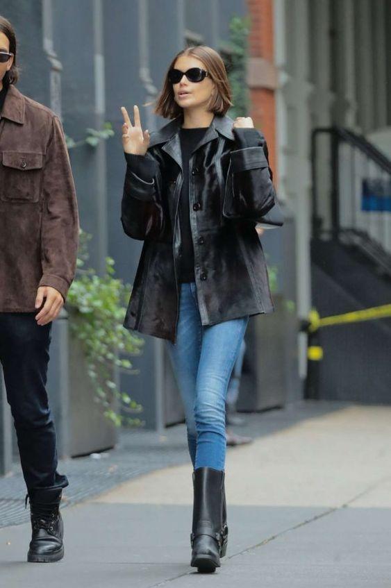 tendências de inverno, jaqueta de couro vintage, calça jeans e ankle boot