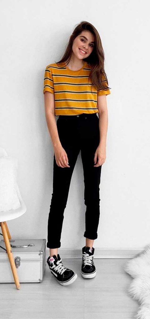 t-shirt amarela, calça preta e tênis vans
