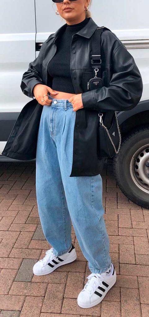 jaqueta de couro, blusa de gola alta, calça slouchy jeans