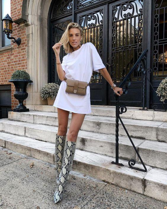 t-shirt branca e bota de cano alto de cobra