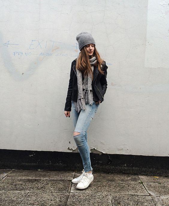 gorro cinza, jaqueta de couro, calça jeans destroyed