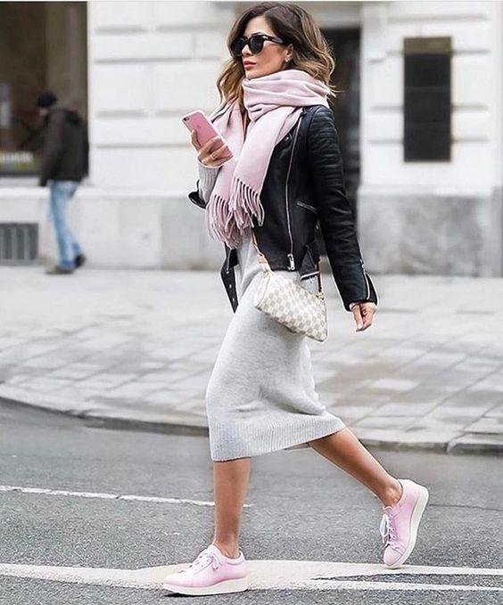 cachecol rosa, jaqueta de couro, vestido midi cinza, tênis rosa