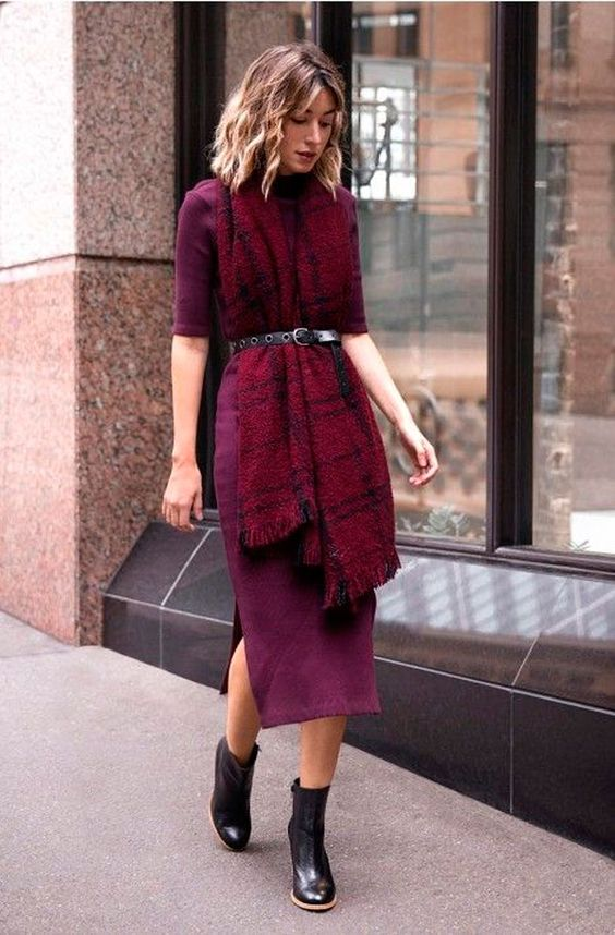 cachecol xadrez vermelho, vestido midi bordeaux,