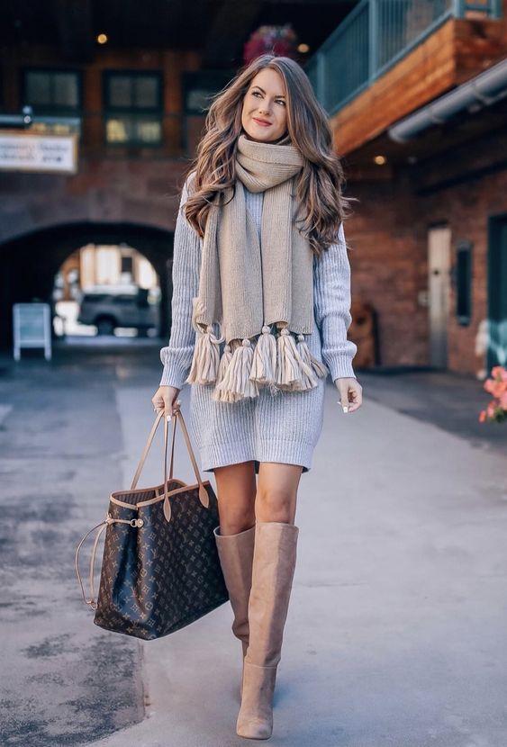 cachecol cinza, vestido cinza, bota de cano alto