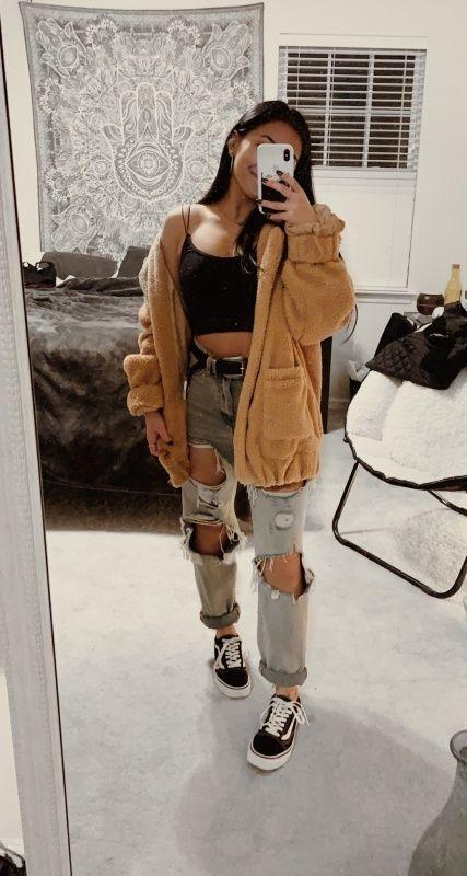 calça boyfriend, casaco de pelinho, cropped preto e tênis vans