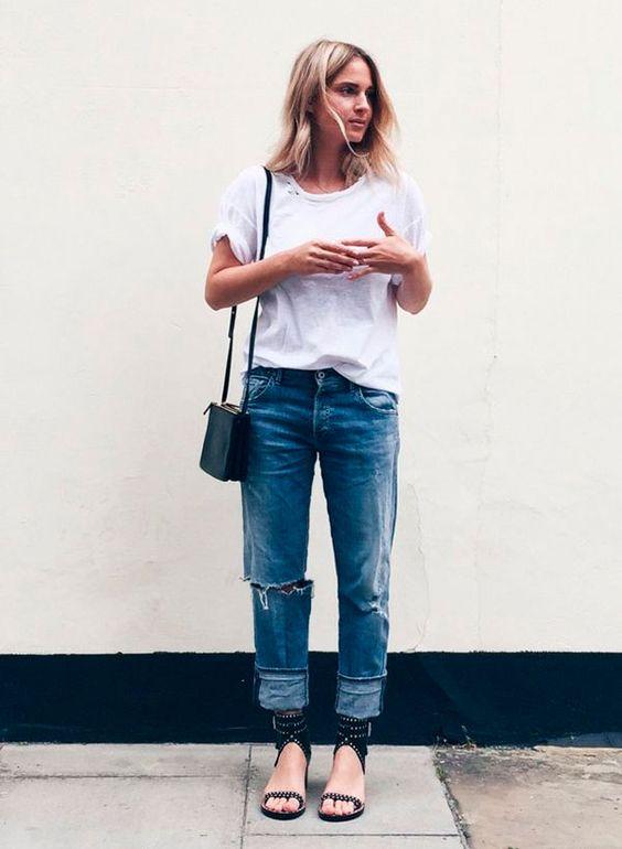 calça boyfriend, t-shirt branca e rasteirinha de tiras