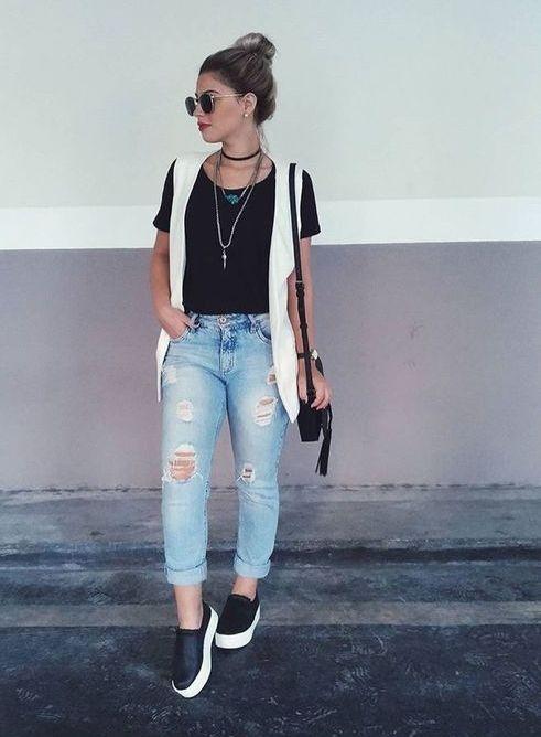 jeans destroyed blusa preta, colete branco, e tênis preto e branco