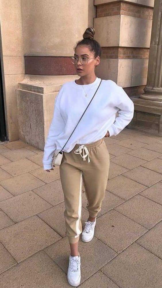 calça de moletom, blusa de moletom branca, tênis nike air force branco