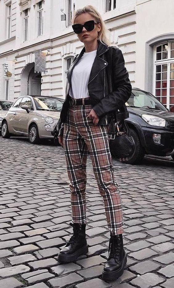 jaqueta de couro e blusa branca, calça xadres