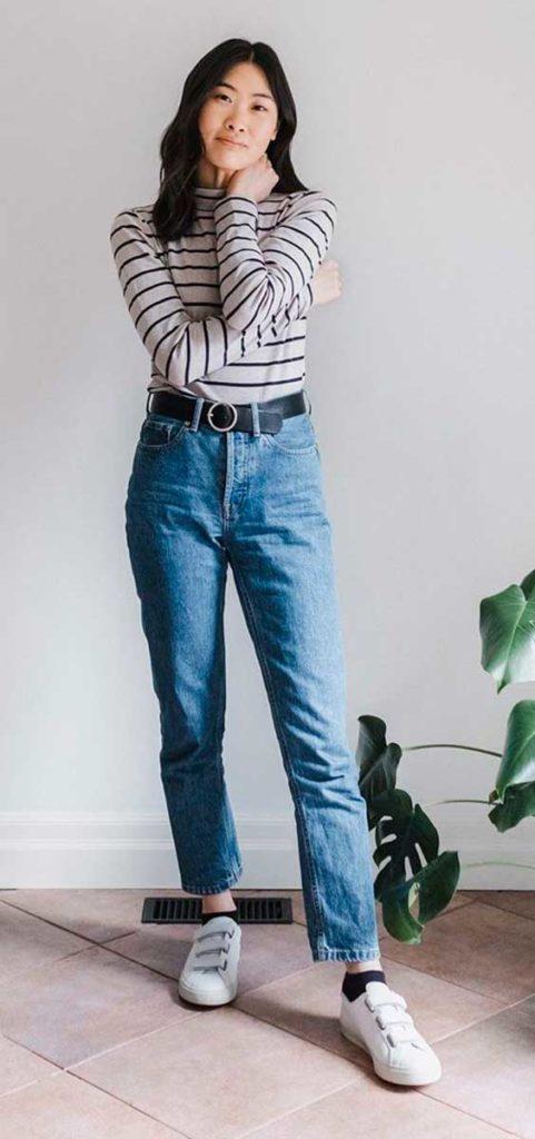 blusa listrada de manga, mom jeans e tênis branco