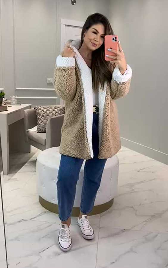 casaco de pelinho e mo jeans