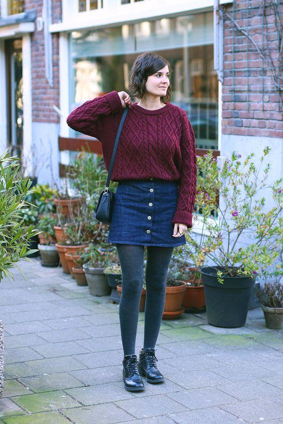 cores de inverno, suéter vinho, minissaia jeans de botões