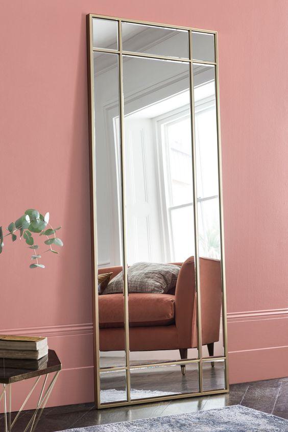 sala de estar rosa com espelho