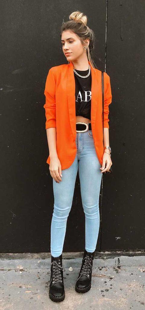 blazer laranja, t-shirt com nozinho, calça skinny e coturno