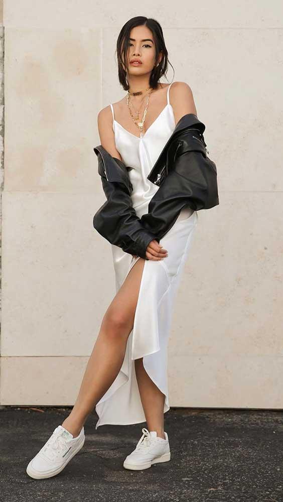 slip dress branco e jaqueta de couro perta