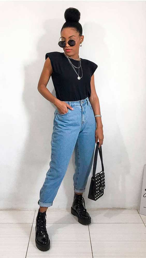 colar de corrente, mucle tee com ombreiras, mom jeans e coturno