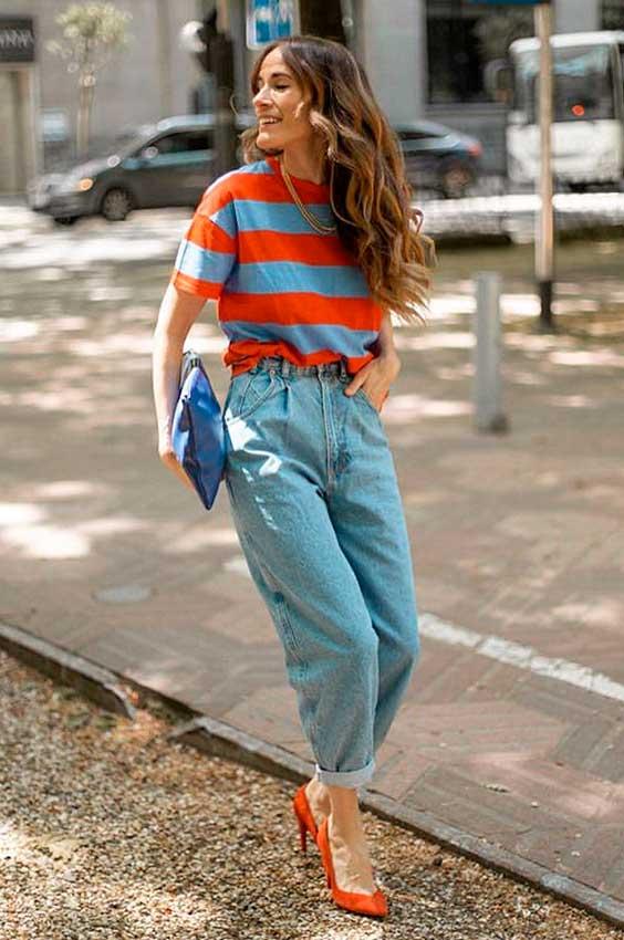 peças listradas, blusa vermelha, calça slouchy jeans