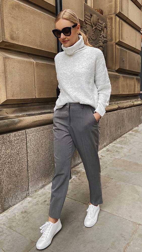 suéter de ogla alta, calça de alfaiataria, tênis branco