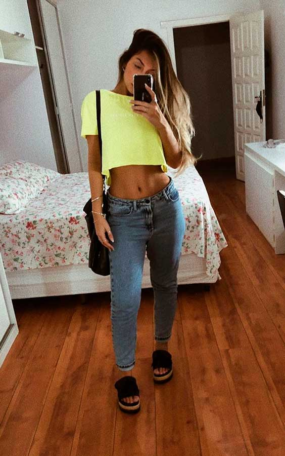 Maria Vasques, cropped amarelo, calça jeans boyfriend, sandália plataforma