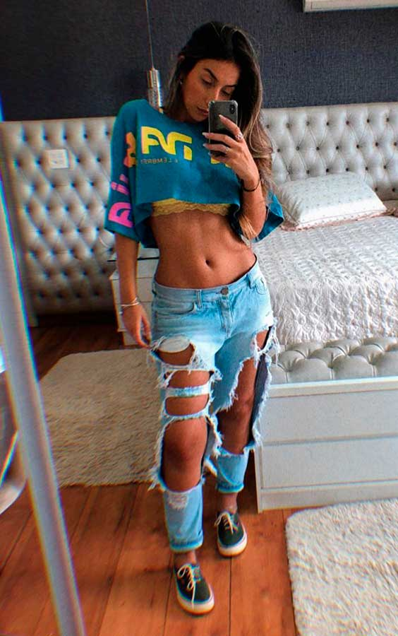 t-shirt cropped, calça jeans destroyed, Maria Vasques